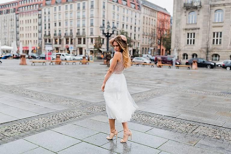 Hochzeitsfotograf Hochzeitsfotografie Gendarmenmarkt Hochzeitsfotografin aus Berlin Brautkleid Modelshoot Portraitaufnahmen Weddingphotographer Photographer